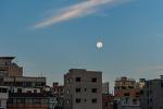 조금 커보이는 달