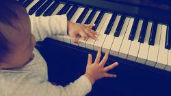 돌 무렵 아기 피아노 연주(?) 수준