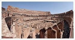 콜로세움 거대한 건축물 로마 제국시대에 만들어진 원형 경기장