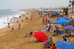 뉴포트비치 항구를 감싸고 있는 발보아 반도(Balboa Peninsula)의 놀이공원과 바닷가 부두 구경