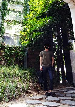 [남자 데일리룩] 남자 여름 코디 : 카키색 반팔 티셔츠 코디 with 그레이 슬랙스