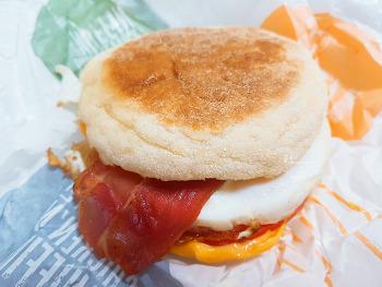 맥모닝 신메뉴 토마토 베이컨에그 맥머핀 든든한 아침~