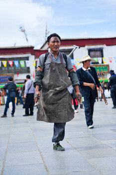 티베트에서, 한 쪽 다리를 잃고 남은 다리로 오체투지하는 티베트인
