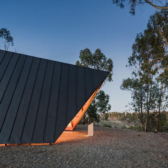 *사막 위의 교회 plano humano arquitectos sites discreet, tent-shaped chapel in portugal