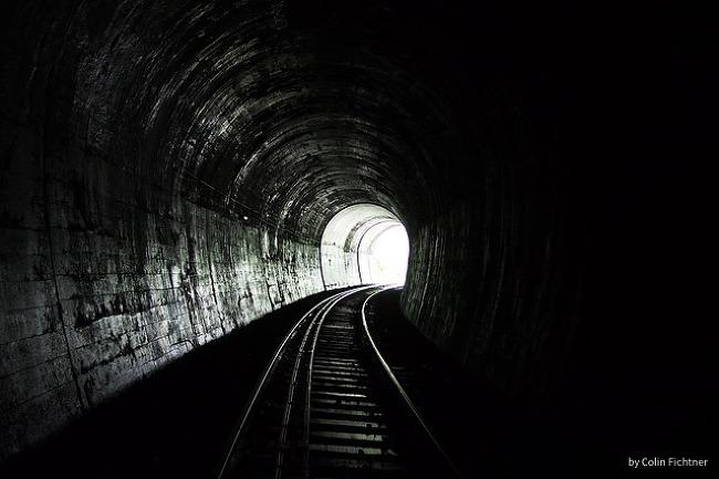 죽음의 산을 부활의 터널로 (김금남)