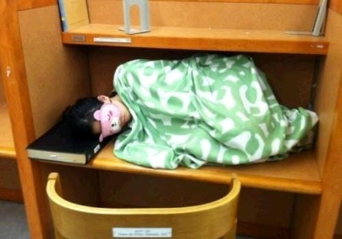 도서관에서 졸렸던 여자, 담요 덮고 자는 모습
