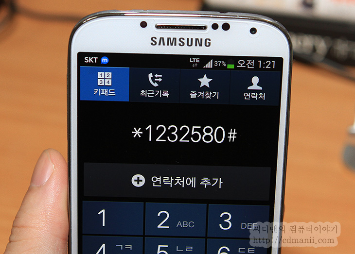 갤럭시S4 3G, Galaxy 3G, GalaxyS4, 갤럭시S4 4G, 갤럭시S4 LTE, LTE, 3G, 요금제, 데이터 무제한, 갤럭시S4 3G 무제한, 사용하기, 개통, 개통이력, IT, 스마트폰, 3G 모드,갤럭시S4 3G 모드로 사용하는 방법을 배워봅니다. 갤럭시S4는 lte 모델이긴 하지만 유심기변을 통해서 3G개통 사용하기를 할 수 있습니다. 제 경우에는 3G 무제한 요금제를 쓰고 있는데요. 이런 이유로 갤럭시S4 3G 개통 후 사용을 해보고 있죠. 물론 최근에는 데이터를 많이 쓰지 않아서 lte로 바로 전화한통으로도 바꿀 수 있지만, 아직은 갑자기 외부에서 데이터를 많이 써야할 수 도 있으므로 3G 요금제를 유지하기로 했습니다. 갤럭시S4 3G를 개통하기 위해서 대리점에 갔는데요. 상담사와 이야기하기로는 4G 요금제로 변경하면 유심기변이 가능하다고 하고 대리점에서도 가능하다고 했습니다. 물론 저는 처음에는 이 이야기를 조금 잘못듣고 갔긴 하지만요.  먼저 새기기임을 말해주고 유심기변을 했습니다. 근데 3G요금제가 4G 표준요금제로 변경이 되었죠. 저는 다시 3G요금제로 변경을 요청했고 이를 받아들여서 다시 유심기변을 취소해줬습니다. 그런데 아시다싶이 이렇게 하면 새기기에 강제로 개통이력이 생겨버린샘인데요. 이상태에서 그냥 제가 쓰던 유심을 껴서 유심기변을 해버렸습니다. 결국 갤럭시S4 3G가 되버린 샘이죠.  이렇게 사용 후 한가지 그런데 참고할점이 있습니다. 3G 모드로 변경을 해줘야한다는 것인데요. 물론 그냥 사용하더라도 lte는 어짜피 안됩니다. 요금제 때문이죠. 다만 lte 모드 우선이 활성화 되어있는게 기본값이여서 인터넷을 하거나 통화시 접속이 잘 안되는 현상이 생깁니다. 그래서 3G 모드로 변경을 해줘야 재대로 사용이 가능하죠.  물론 제가 3G에서 lte 요금제로 변경을 해버리면 다시 lte 우선 모드로 변경해주면 됩니다.