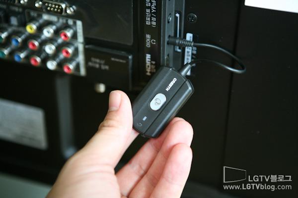 블루투스 동글을 TV 백패널 이어폰 단자에 끼운 사진