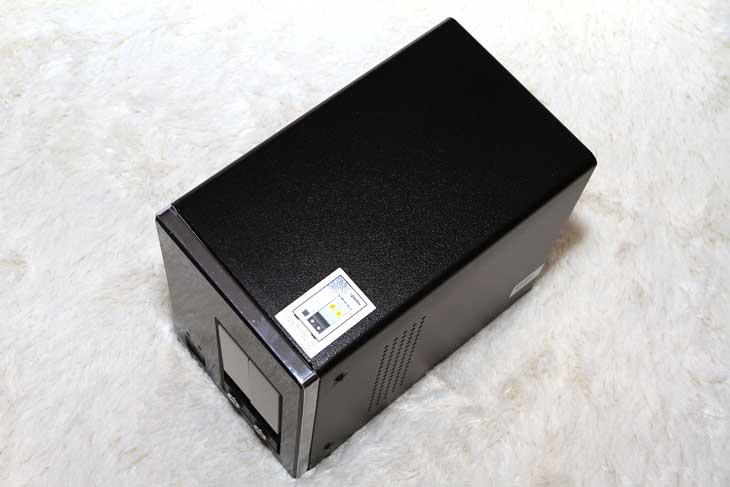 와이즈기가, WiseGiGA, UB-2300, NAS, network access server, IT, 제품, 리뷰, 사진, 동영상, 음악, 서버, server, 외형, 성능, 기능, review, 웹서버, 비트토렌트, torrent,와이즈기가 WiSEGiGA UB-2300 NAS의 외형을 알아보는 시간을 갖도록 하겠습니다. 나스 (Network Access Server) 라고 불리는 이 장치는 네트워크에 연결된 상태에서는 어떤기기나 붙어서 데이터를 공유할 수 있고 사용이 가능 한 장치 입니다. 저 역시 이미 집에 NAS 를 쓰고 있는데요. 집에 있는 스마트폰과 여러 노트북들 그리고 데스크탑에서 언제든 접속해서 데이터를 옮겨두거나 꺼내와서 볼 수 있습니다. 설정을 통해서 집안이 아닌 완전히 외부에서도 접속이 가능하고, 비트토렌트 등을 자동으로 다운로드도 가능 하죠. 물론 FTP 서버나 웹서버로서 활용도 가능 합니다.  물론 와이즈기가 WiSEGiGA UB-2300 NAS를 사용하지 않고 컴퓨터로도 서버형 데이터 공간을 만들 수 있습니다. 다만 비용이 더 많이 들고 전력적인 유지비용도 좀 더 많이 들죠. NAS 경우에는 이런 부분에서 장점이 있으며 설정을 하는데도 좀 더 편하며, 유지 관리를 하고 레이드설정하는 부분등에서도 좀 더 편하게 작업이 가능 합니다.  사용될 수 있는곳은 집안이 될 수 도 있고 사무실이 될 수 도 있죠. 집에서 사용한다면 불필요하게 외장형 하드디스크를 들고 다닐 필요 없이 집안 어디서든 NAS 에 무선으로 접속해서 노트북으로 동영상도 보고 파일도 전송해서 가족들과 공유해서 볼 수 있습니다. 회사에서 사용된다면 프린터서버, 파일공유서버 등으로 활용이 가능하고 중요한 데이터를 항시 백업해서 데이터 안정성을 높일 수 있겠죠. 물론 이번에 설명드릴 와이즈기가 WiSEGiGA UB-2300 NAS 경우에는 프린터 서버는 안되는듯하네요.  처음 NAS 를 사용할 때를 기억해보면 사실 조금은 불편했습니다. 최초에 NAS 를 켜면 바로 사용을 하기 위해서 조금 시간을 기다려야 했습니다. 네트워크에 연결되는 시간을 기다려야하는것이죠. 그런데 이런건 나중에 아무런 문제가 되지 않더군요. USB 외장하드디스크를 여러개 쓰는것보다 NAS 를 쓰는게 훨씬 편해집니다. 네트워크에 활성화가 되면 자동으로 켜지고 꺼지는 옵션을 해두면 자동으로 켜지고 꺼지니 신경을 안써도 되고 NAS 를 잘 안보이는 구석에 넣어두면 소음으로부터도 해방되더군요. 집안의 무선 스토리지가 생기는샘이죠.  물론 사무실 같은곳에서는 웹서버로서 활용도 하고 다양한 기능을 활용하겠지만 보통 집에서 사용할 때는 스토리지로 활용하고 무선으로 파일을 가져와서 보는정도로 활용을 제일 많이 하게 되더군요. 컴퓨터의 데이터를 백업하고 가족과 또는 아는분들과 자료를 공유하는 목적으로도 사용을 합니다.  이번 시간에는 UB-2300 NAS의 외형에 대해서 알아보고 다음시간에는 성능을 알아보도록 하겠습니다.