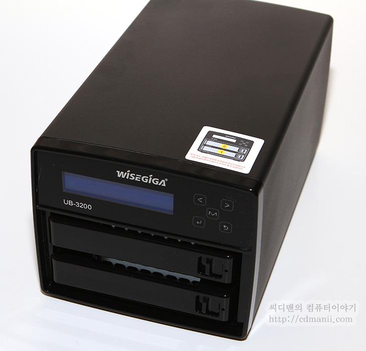 와이즈기가 UB-3200, 와이즈기가, UB-3200, 사용기, UB-3200 사용기, 처음 셋팅편, 소음, 전력소모량, 업그레이드, 상태표시창, IT, NAS, NAS 추천, 리뷰, 제품, 후기, 혁신, 와이즈기가 UB-3200 사용을 해보면 상당히 혁신적이라는것을 알 수 있습니다. 이번 후기를 적으면서 느낀점은 모든 기능 모든 부분에서 업그레이드가 되었다는 점 입니다. 기존에 제품은 소음이 약간 있었으나 와이즈기가 UB-3200을 사용해 보면 소음도 많이 줄었고 사용성도 많이 강화된것을 체감할 수 있습니다. 처음 세팅하는 부분에서도 차이를 많이 느끼게 되네요. Wisegiga에서 심혈을 기울인 만큼 이것저것 많이 생각을 해서 만들었다는 느낌이 들었습니다. 특히 저는 소음이 많이 감소한 부분이 개인적으로는 맘에 드네요. 일단 처음 디자인은 상당히 컴팩트해졌습니다. 높이도 더 낮아졌고 대신 길이는 더 길어진 느낌이 있으나 높이가 낮아 전체적으로 더 안정감이 있습니다. 전면에는 상태를 알리는 디스플레이가 생겼습니다. 시작중인지 아니면 준비가 되었는지 그리고 아이피는 어떻게 되는지 등을 볼 수 있습니다. 그 외에 전원을 켜거나 끄거나 또는 디스플레이의 설정 및 RAID의 상태를 알아보는것도 전면의 메뉴를 이용해서 조작할 수 있고 이 과정도 상태창을 통해서 볼 수 있습니다. 이제는 핫스왑 베이를 재대로 넣어서 다른 하드디스크로 바꿔끼울 때도 더 편리하게 작업 할 수 있습니다. 그리고 각 하드디스크 베이 앞에 램프가 있어서 작동 상태를 직관적으로 볼 수 있게 되었네요. 무엇보다 제일 편리한것은 상태창이네요. 그럼 실제로 무엇이 달라졌는지 살펴볼텐데요. 이번편은 처음 사용자를 위한 세팅편이므로 쉽게 설명해보도록 하겠습니다. 너무 어려워마세요. NAS 는 사실 쉽습니다. 그리고 지금 설명이 어렵다면 아래에 있는 동영상은 꼭 보세요. 동영상만 사실 보셔도 됩니다.