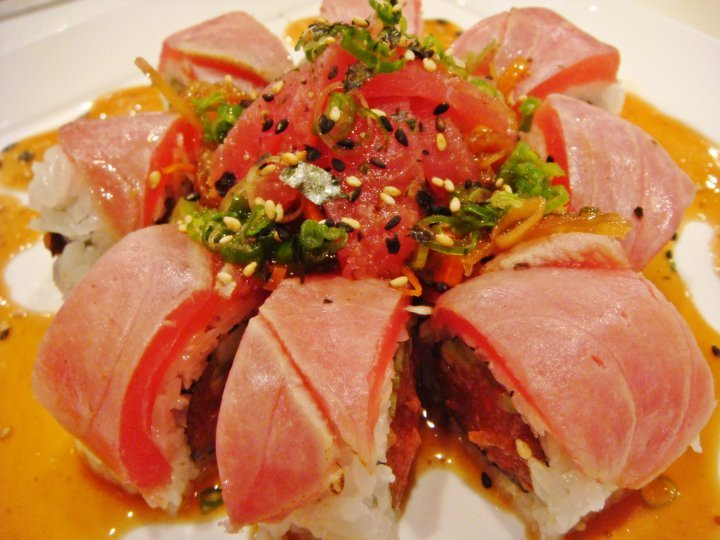 Tuna Tataki Roll - Spicy Tuna Roll 위에 Tataki한 Tuna를 올린다.
