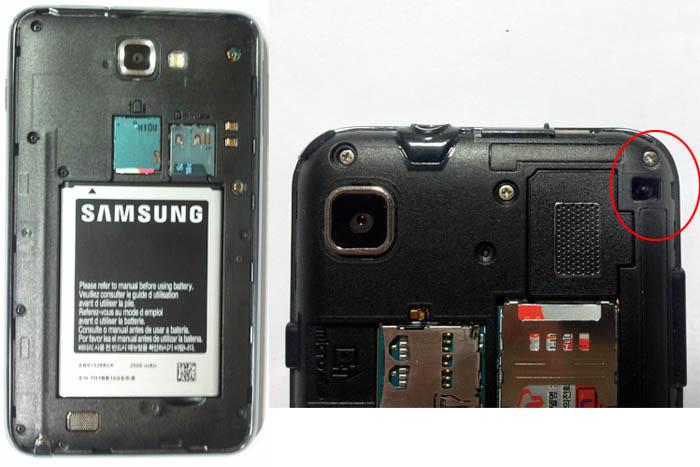 갤럭시노트(왼쪽)과 갤럭시S(오른쪽)의 뒷모습. 갤럭시S의 뒤엔 핸드폰줄을 걸어놓을수 있는 고리가 있다.