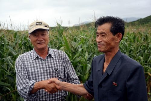 북한 농업과학원 담당팀장님과 악수를 나누는 김순권 이사장