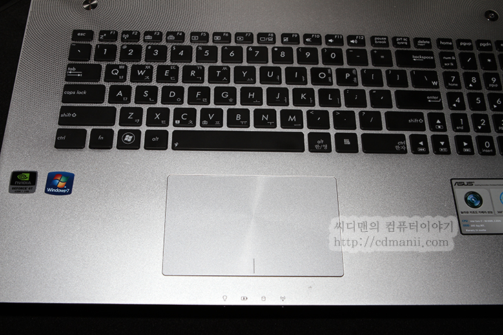 아수스 젠북 프라임 후기, UX31A, UX32VD, UX21A, 사용기, 후기, IT, 아수스, 리뷰, review, 게이밍 노트북, ASUS, 아수스 젠북 프라임 후기 사용기 UX31A UX32VD UX21A  아수스 젠북 프라임 UX31A을 먼저 사용해 보고 와서 유투브에도 후기를 올렸는데요. 이제 글로 올려봅니다. Zenbook 하면 외형이 얇고 단단하면서도 딱 잘맞춰진 그런 노트북이 먼저 떠오르는데요. 직접 만져보고 느낀것은 아수스 젠북 프라임은 이전것보다 많이 개선되었다는 점 입니다. 몇가지 흠 잡고 싶은 부분이 있다면 글래어코팅이 사용된점과 배젤이 생각보다 두껍다는 점 정도인데 이 이에는 트집잡을 부분이 많지는 않네요. 참고로 젠북 프라임 경우 풀HD 해상도를 사용했습니다. 물론 패널은 IPS를 사용하였습니다. 이날은 이 외에도 게이밍 노트북 G시리즈와 음향에 특화한 N시리즈등도 볼 수 있었습니다. 아수스 젠북 프라임 UX31A 경우에는 동영상도 찍어왔으니 아래 내용을 확인해주세요.