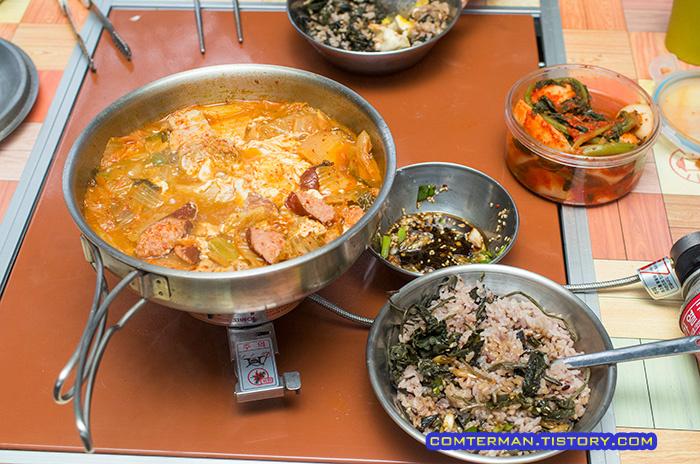 캠핑장 아침 김치찌개 취나물밥
