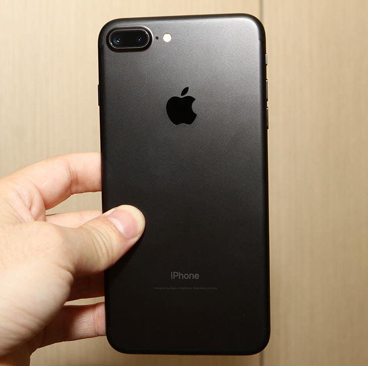 아이폰7 ,플러스, 블랙, 개봉기, 구성품, 저렴한 ,강화유리필름,IT, IT 제품리뷰,빨리 구매 했어야 했는데 늦었네요. 이제서야 올립니다. 아이폰7 플러스 블랙 개봉기 구성품 알아보고 저렴한 강화유리필름도 붙여보려고 합니다. 아이패드미니도 사용하고 있긴 하지만 더이상 iOS 10 이상 버전 설명이 힘들어서 구매를 해버렸는데요. 실제로 써보고 느낌도 적어보죠. 아이폰7 플러스 블랙 개봉기 구성품은 그전에 영상으로 설명드린것과 거의 같습니다. 다른게 별로 없어서 좀 실망스러울 정도네요.