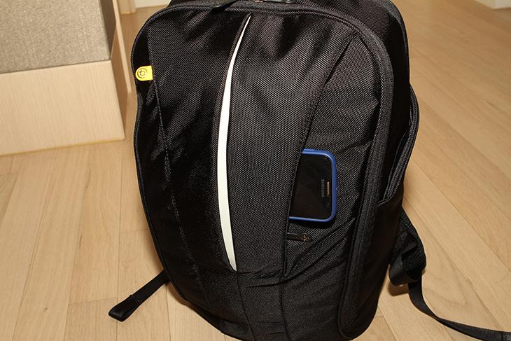 부크 맥북 노트북 가방, 보아 쉬프트, 백팩 ,BSHL-GFT 후기,백팩 추천,IT,IT 제품리뷰,악세서리,가방,부크 맥북 노트북 가방 보아 쉬프트 백팩 BSHL-GFT 후기를 올려봅니다. 기본기에 충실한 가방이 아닌가라는 생각이 드는데요. 제 경우에는 백팩에 노트북과 삼각대 카메라 그리고 4K 캠코더 등을 넣고 다닙니다. 그런데 카메라 전용 가방도 있지만 조금 작은 백팩을 선호합니다. 부크 맥북 노트북 가방 보아 쉬프트 백팩 BSHL-GFT은 꽤 넓은 공간과 노트북 수납공간 그리고 좀 더 작은 공간으로 이뤄져 있는 공간이 있는 제품으로 제가 사용하기 딱 적당한 제품이었습니다. 가방만 간단히 들고 다니면서 필요한 것들을 모두 들고 다닐 수 있으니까요. Booq의 보아 쉬프트는 기존 Mamba Shift의 인체 공학적 디자인과 효율적인 공간구획을 기반으로 재탄생한 제품 입니다. 저도 직접 사용해보면서 넓은 수납공간과 편의성이 가장 맘에 들었습니다. 부크 맥북 노트북 가방 보아 쉬프트는 외부는 1680D Nylon 소재를 썼는데 이것은 군사용 방탄 재킷 원단으로 사용하는 것이라고 하는군요. 생활방수와 강한 내구성을 가지고 있는 소재를 써서 좀 더 오랫동안 안정된 모양을 유지할 수 있습니다. 그래서인지 내부에 아무것도 넣지 않아도 외형의 모양을 잘 유지하고 있어서 재미있었는데요. 그럼 실제로 어떤점이 맘에 들었는지 소개해보도록 하겠습니다.