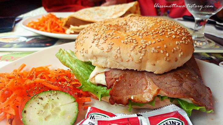 로스트비프 베이글 샌드위치입니다