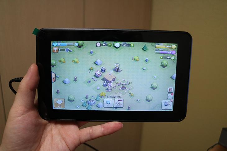 엠피지오 S탭 ,저가형 태블릿, 평가, MPGIO S-Tab 게임,IT,IT 제품리뷰,후기,리뷰,엠피지오 S탭 저가형 태블릿 평가를 해보려고 합니다. MPGIO S-Tab 게임도 해보고 여러가지로 평가해보려고 했는데요. 근데 좀 애매하네요. 성능은 괜찮은 편이긴 하지만 모니터가 좀 불편할 정도로 화질이 떨어지긴 하네요. 하지만 가격이 엄청나게 저렴하다는 장점은 있습니다. 그런데 요즘은 윈도우태블릿도 10만원대로 나오는 상황이기도 하고 저렴한 태블릿은 이미 많은 상태이긴 한데요. 그런 이유때문에 이것을 구매하는게 괜찮을까? 라는 생각은 들었습니다. 물론 정말 막 쓸 것으로 쓴다면 괜찮을 것 같기는 했지만요. 화면은 사진으로 촬영하는 것으로는 정확하게 느낌을 전달하기 힘들기도 해서 아래에 영상도 촬영을 했습니다. 화면부분을 특히 제가 강조해서 언급하는 이유라면 시야각이 좀 나쁘고 화면이 깊게 들어간 느낌을 받아서 입니다. 덕분에 눈이 좀 아프더군요.
