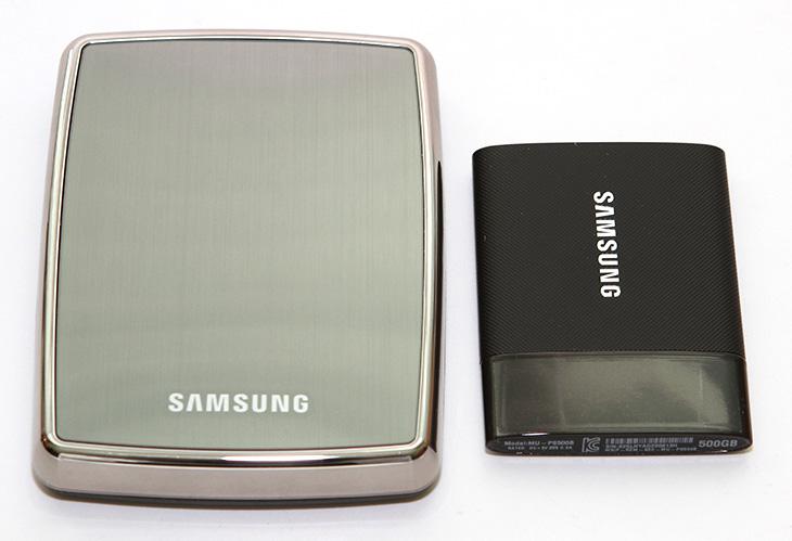 삼성 포터블 SSD, 삼성 T1 ,빠른 속도 ,자세한 벤치마크 ,결과,삼성 포터블 SSD 후기,사용기,IT,IT 제품리뷰,삼성,SSD,삼성 포터블 SSD 삼성 T1 빠른 속도를 가진 저장장치로 알려져있죠. 이번시간에는 이 제품에 대한 자세한 벤치마크 결과를 올려보도록 하겠습니다. 전체설명편인데요. 외장하드는 하나쯤 모두 가지고 있을겁니다. 그런데 외장하드를 들고다니면서 불안하신분들에게는 삼성 포터블 SSD 삼성 T1 이 좋습니다. 외장하드는 충격에 약하지만 SSD타입의 저장장치는 충격에 매우 강하기 때문이죠. 그리고 속도도 매우 빠릅니다. 그리고 크기도 매우 작아져서 정장에 넣고 다니기에도 적당할 정도입니다. 디자인도 상당히 잘 나와서 깔끔하네요. 보안에도 신경을 써서 암호를 입력해야만 실제 공간을 사용할 수 있도록 설정도 가능 합니다. 삼성 포터블 SSD 삼성 T1의 속도는 500GB 기준으로 읽기 쓰기 모두 400MB/sec 근처 또는 이상의 속도를 보여주었는데요. 최근에는 USB 3.0 포트를 대부분 노트북에서 사용하기 때문에 빠른 그리고 들고다닐 수 있는 저장장치가 필요한 분들에게 좋은 선택이 될 수 있을것 같습니다.