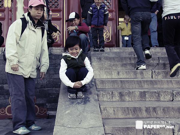 천단공원의 한 귀여운 중국 꼬마