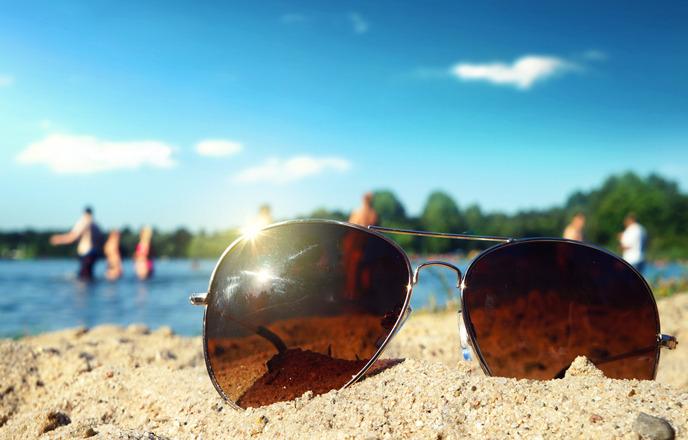 해변에 놓인 보잉 선글라스