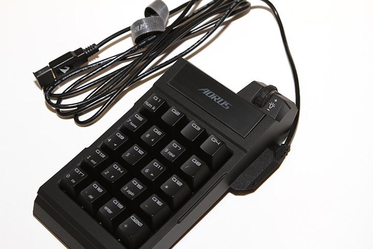 어로스 썬더 K7, 분리형 기계식 키보드, AORUS ,THUNDER K7,IT,IT 제품리뷰,숫자 키패드를 잘 활용하는 분들에게 좋을듯하네요. 게임 유저에게도 괜찮습니다. 어로스 썬더 K7 분리형 기계식 키보드 AORUS THUNDER K7를 소개 합니다. 특이하게 분리하거나 붙여서 모양을 바꿀 수 있는 그런 제품 입니다. 숫자키패드는 매크로키 역할을 합니다. 어로스 썬더 K7 분리형 기계식 키보드는 자석으로 붙거나 떨어지는 형태로 한손으로도 쉽게 모양을 바꿀 수 있습니다. AORUS THUNDER K7는 약간 레고 같은 형태로 조립이 되었는데요. 근데 결합력은 약간은 약하네요.