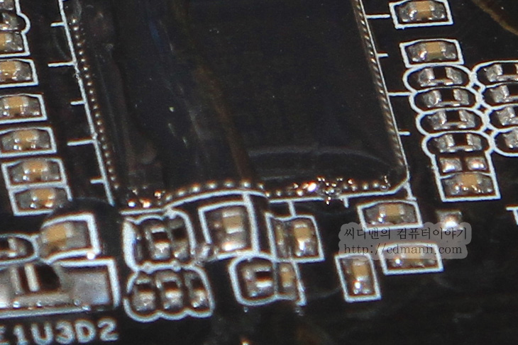 Asrock, Asrock 8시리즈, 8시리즈 칩셋, 8시리즈, 메인보드, 방수메인보드, Z87 OC 포뮬러, Asrock z87 익스크림 11/ac, IT, 케이스, ITX, Z87, LSI SAS, 사진, 컴퓨텍스, 타이완, 컴퓨터,  Asrock 8시리즈 칩셋 보드를 컴퓨텍스에서 살펴봤습니다. 그리고 산업용 보드와 ITX 케이스와 보드들도 살펴봤는데요. 특히 눈에 띄었던것은 일명 방수 메인보드 Z87 OC 포뮬러와 S-ATA3 22개를 탑재한 Asrock Z87 익스트림 11/ac 였습니다. Asrock 8시리즈 메인보드들은 대거 내어놓으면서 애즈락은 다양한 사용자의 기호와 그동안의 받았던 요청에 대해서 응답하듯 그동안의 노하우를 발휘하여 다양한 보드를 많이 내어놓았는데요.  방수 보드인 Z87 OC 포뮬러는 실제로는 물을 끼얹어도 되는 보드라기 보다는 온도차에 의해서 발생하는 습기와 물방울 등에서 어느정도 자유로울 수 있다는 그런 보드입니다. 그런데 이 보드가 별도의 쉴딩 처리를 하기 때문에 1시간에 5대 정도 밖에 못만들정도로 좀 시간이 걸린다고 하더군요.  Asrock 8시리즈 칩셋 메인보드 중 S-ATA 22개를 지원하는 Z87칩셋으로 S-ATA3 단자 6개를 지원하며 별도로 LSI SAS 컨트롤러를 별도로 탑재하여 16개의 SAS 단자를 지원하는 특이한 보드였습니다. 게다가 mSATA단자도 3개나 구비한 메인보드였죠. 물론 이런 보드들도 내어놓은 이유는 다양한 사용자의 메인보드 사용을 위해서 입니다. 실제로 이런 보드가 분명 필요한 분들은 있으니까요.