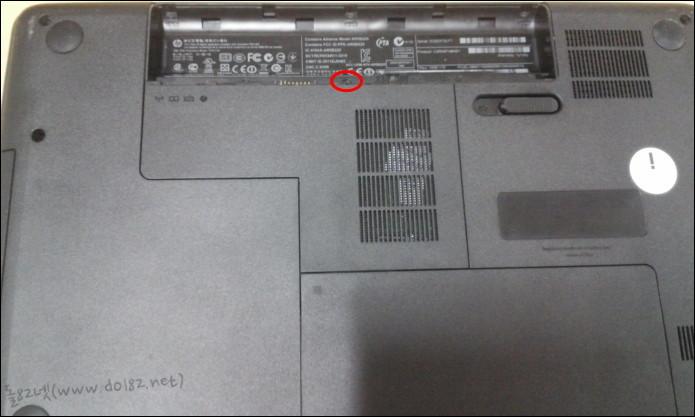 노트북 전원을 모두 빼고, 노트북을 뒤집어 배터리를 뺀다