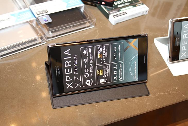 소니 ,엑스페리아 XZ 프리미엄, 960프레임, 수퍼 슬로 모션 ,화상통화,IT,IT 제품리뷰,상당히 혁신적인 기술을 넣어서 나왔는데요. 성능이나 기본기가 더 좋아졌습니다. 소니 엑스페리아 XZ 프리미엄 960프레임 수퍼 슬로 모션 화상통화에 대해서 살펴 봤는데요. 발표회 시연장에서 직접 만져봤습니다. 소니 엑스페리아 XZ 프리미엄 960프레임 수퍼 슬로 모션은 순간적으로 고속의 프레임으로 촬영하여 아주 느린 슬로우모션을 만드는 기술 입니다. 이를 위해서 센서도 카메라도 모두 새로 설계가 되었습니다. 그리고 SKT에 한해서이지만4CA도 지원하며 화상통화도 이제 드디어 지원을 한다고 하네요.