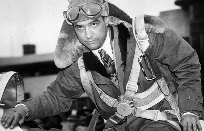 사진: 항공광이었던 하워드 휴즈의 젊은 시절 모습. 이 사진에서는 콧수염을 기르지 않았지만, 콧수염을 기르게 된 이유는 비행기 조종 중 추락사고로 인한 부상을 감추기 위해서였다고 한다. [하워드 휴즈의 유언장과 유산]