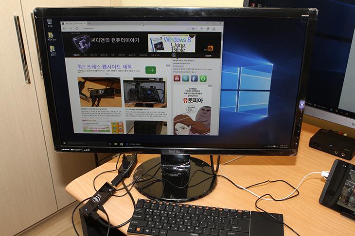 인텔 컴퓨트 스틱, 벤큐 GW2760, TV와 연결하기,Intel Compute Stick,스틱PC,컴퓨트 피씨,IT,IT 제품리뷰,후기,사용기,인텔 컴퓨트 스틱 벤큐 GW2760 그리고 TV와 연결하기를 해보도록 하겠습니다. 작은 스틱PC는 어느 모니터나 TV에 연결해서든 바로 사용이 가능한 휴대 또는 작은 초소형 컴퓨터 입니다. 과거에는 사전 크기만한 컴퓨터도 작다고 했었는데 이제는 정말 작아졌죠. 인텔 컴퓨트 스틱을 벤큐 GW2760에 장착해 봤습니다. 물론 집에서 놀고 있는 모니터나 TV에 연결하셔도 됩니다. 모니터는 어떤 모니터든 상관은 없죠. 물론 Full HD 해상도이면 좋습니다. 인텔 컴퓨트 스틱이 Full HD 해상도 까지만 지원하기 때문이죠. 전력소모량도 무척 낮습니다. 스마트폰을 충전하는 2A 충전기를 이용해도 되는데요. 물론 전원어댑터는 기본으로 들어있습니다. 측정기로 측정해본결과 4.9V에 0.5A 에서 높아야 1.2A 정도여서 대략 계산해도 8W도 사용하지 않습니다. 이정도면 계속 켜놓아도 큰 부담도 없죠.덕분에 TV에 항시 연결해놓고, 사용해도 부담이 없습니다. 다운로드 머신으로 써도 괜찮습니다. 영화등을 다운로드를 하게 해놓고 필요하면 바로 재생해서 볼 수 있죠. 물론 요즘은 스마트TV도 있고 해서 TV로도 인터넷을 바로 할 수 있긴 하지만, 컴퓨터 만큼 더 편하고 익숙한 도구는 없을 겁니다. 그럼 제가 실제로 여러 디스플레이에 연결해서 사용하는 모습을 보여드리도록 하겠습니다.
