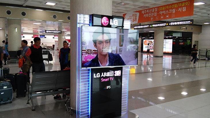 LG G3 비트 카메라, 레이저AF ,디스플레이,LG G3 비트,LG G3 Beat,비트,IT,IT리뷰,후기,카메라 성능,지3,지3 비트,비트 화질,해상도,LG G3 비트 카메라 기능 중 레이저AF에 대해서 알아보도록 하겠습니다. 디스플레이가 괜찮은지도 살펴보도록 하죠. G3 하면 생각나는건 레이저 오토 포커스 일 것입니다. 레이저 센서를 넣어서 중앙 부분에 피사체를 보다 빠르고 정확하게 맞추는 기술인데요. LG G3 비트 카메라는 후면 800만화소 전면 130만화소인데요. 비교적 낮은 사양의 카메라가 들어가 있지만 이 기능을 보다 끌어올려주는게 레이저 AF입니다. 9개의 포커스 부분을 정확하고 빠르게 맞춰주는데요. 와이프에게도 한번 써보라고 했더니 LG G3 비트 카메라 괜찮네 라고 하더군요. 셀프카메라 촬영시에는 후면에 있는 버튼을 눌러서 쉽게 촬영이 가능 합니다. 그런데 이것이 전부는 아니죠. 화면을 보고 손바닥을 폈다가 주먹을 쥐었다가 펴면 바로 셀프카메라가 동작합니다. 이 기능은 상당히 편합니다. 버튼을 누를 필요도 없으며 시끄러운 환경에서 치즈 김치 등을 외쳐서 촬영이 지연되는 일도 없습니다.