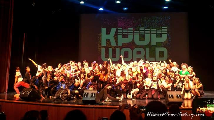 캐나다 케이팝 경연 대회 참가자 기념 사진입니다