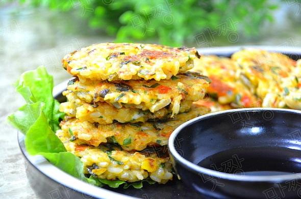 하나씩 들고 먹는 밥전(찬밥으로 만든 김치밥전)