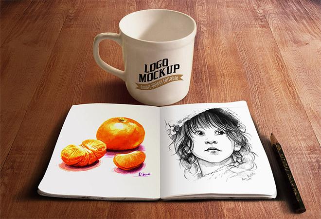 머그컵과 함께 있는 스케치북 목업 PSD - Free Sketchbook & Coffee Cup PSD Mockup