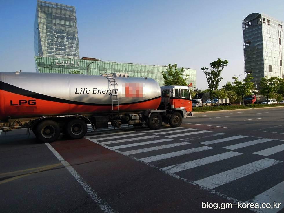 도로에서 대형트럭은 무조건 피해야 하는 이유 네 가지 - 탱크로리