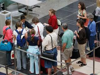 TSA Checkpoint 앞에서 기다리는 승객들 (사진: AP)