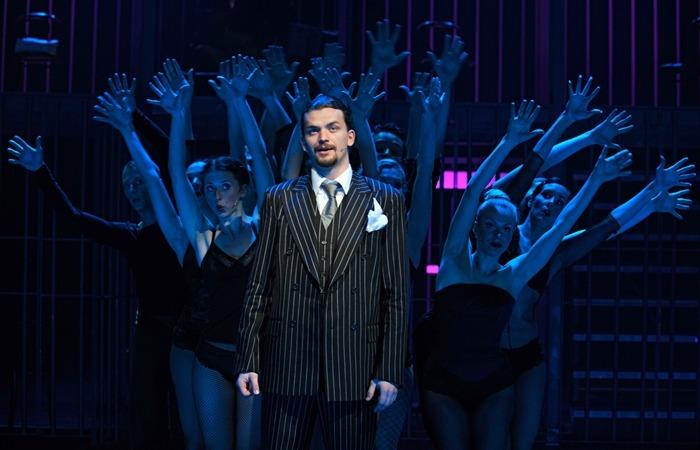 사진: 유명 뮤지컬 시카고의 공연모습. 오페라는 이탈리아어로 된 용어가 많고 뮤지컬은 영어로 된 용어가 많다. [오페라 용어 종류와 뮤지컬의 차이 - 아리아, 레치타티보 등]