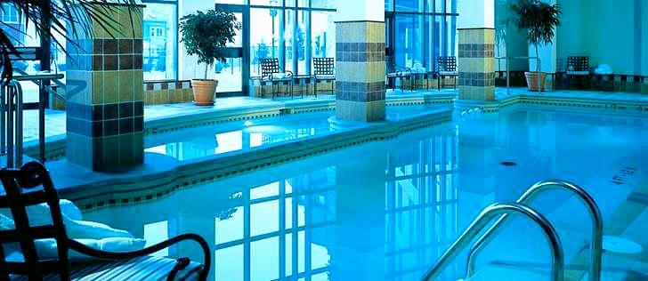 호텔 실내 수영장입니다