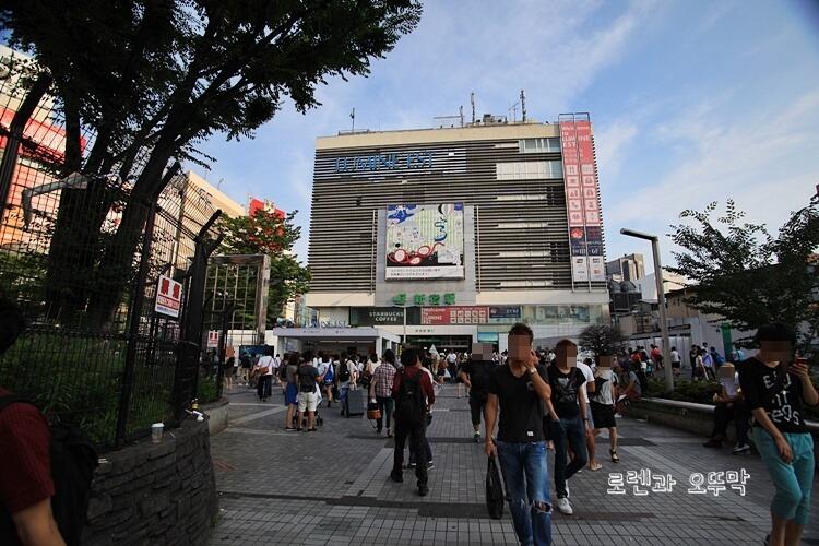 도쿄 신주쿠역 내부와 주변 풍경1