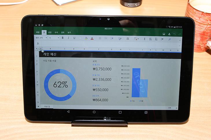 G패드2 10.1 FHD, 인강용 태블릿, 듀얼 윈도우으로 넓게,IT,IT 제품리뷰,태블릿,태블릿PC,제품리뷰,후기,사용기,G패드2 10.1 FHD 인강용 태블릿을 듀얼 윈도우로 넓게 사용하는 모습을 보여드릴텐데요. 가볍게 꺼내서 어느장소에서나 게임을 즐기거나 동영상을 볼 때 무척 편리했었습니다. 안드로이드 태블릿은 소비적인 목적으로 보통 사용이 됩니다. 하지만 화면이 커지면 또 이야기 다르죠. G패드2 10.1 FHD는 화면이 커서 문서 작성용으로 사용하거나 컨텐츠를 만드는 목적으로 사용할 수 있습니다. 전면과 후면에 카메라가 있어서 사진을 찍고 글을 작성하고 문서를 만드는 것이 가능하다는것이죠. 그래서 실제 사용에 있어서 게임하고 동영상을 보는 소비적인 활동 외에 생산적인 활동도 가능 했습니다. 기존제품보다 화면이 더 밝고 선명해지고 성능도 좋아져서 더 좋았는데요.