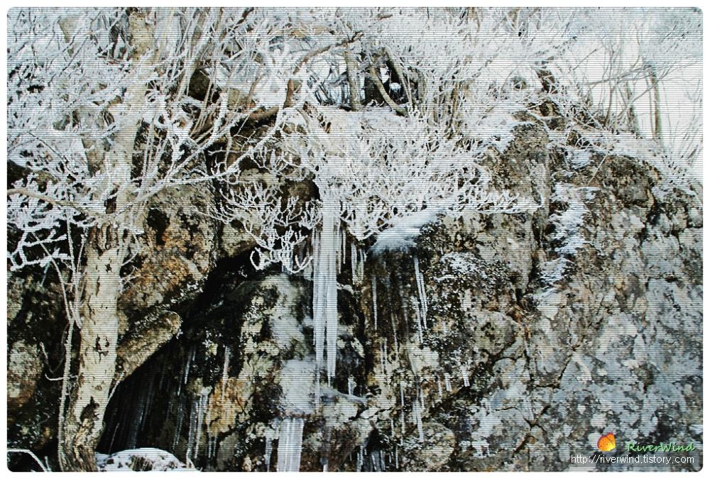 개선문 바위길에 얼어붙은 고드름
