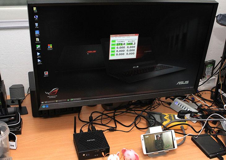 ZOTAC ZBOX nano CI320 후기, 사용기, 벤치마크,720p,1080p,DP,해상도 지원,조텍,조텍 제트박스,제트박스,Zbox,CI320,IT,IT제품리뷰,후기,풀HD 해상도,DP케이블,팬,자연대류,자연냉각,발열,온도,ZOTAC ZBOX nano CI320 후기 사용기를 올려봅니다. 벤치마크를 여러가지를 해서 실제로 활용 용도에 맞게 사용시 적절한지도 알아보려고 합니다. CPU는 N2930 샐러론 쿼드코어 1.83GHz를 사용했고 메모리는 DDR3 2GB가 사용되었습니다. 테스트를 진행하며 ZOTAC ZBOX nano CI320 후기를 적으면서 느낀것이지만 초기 셋팅과정은 상당히 간단합니다. 이유는 윈도우8.1이 기본으로 들어가 있기 때문이죠. 노트북 초기 셋팅하듯이 계정 정보를 입력하면 셋팅은 끝납니다. 이미 윈도우8.1을 쓰고 있던 분이면 아이디를 입력하면 기존에 쓰고있던 즐겨찾기나 배경화면 등의 정보가 그대로 들어옵니다.  ZOTAC ZBOX nano CI320 후기 적으면서 최초에 HDMI가 풀HD만 지원한다는것을 알게 되었습니다. 제 모니터는 삼성 WQHD 32인치 S32D850 모니터 인데요. HDMI로 해상도가 지원되지 않아서 후회를 했었죠. 하지만 CI320에는 DP포트가 있습니다. DP케이블로 연결해보니 WQHD 해상도를 온전히 지원하더군요. 최근에는 WQHD 모니터도 많이 사용이 되는데 DP포트로 이것을 지원할 수 있으니 괜찮더군요.  이 제품은 팬이 없습니다. 사각형의 본체에는 좌우 상단에 많은 통풍구가 존재하는데 자연대류만으로 냉각을 하는 방식을 취합니다. 그런데 그만큼 전력소모량도 낮아 평상시에는 9W 이하의 전력만 소모합니다. 성능 좋은 공유기 정도의 전력소모량만 보이므로 항상 켜놓고 있더라도 부담이 적습니다. 인터넷 서핑용으로, 문서작업용으로, 음악감상용으로, 동영상재생용으로 활용하기 부족함이 없습니다. TV등과 연결해서 멀티미디어 기기를 만들어도 좋습니다.