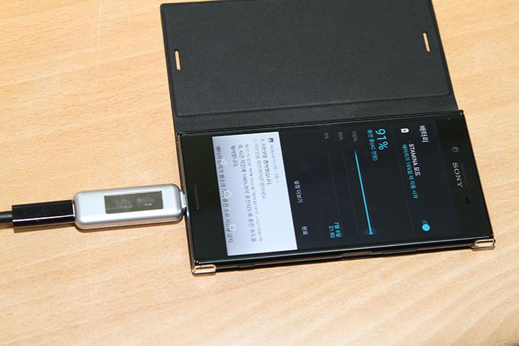 소니, 엑스페리아 XZ 프리미엄, Qnovo 기술 ,CCCV,배터리 ,더 오래쓴다,IT,IT 제품리뷰,스마트폰 기술력은 아직도 계속 진행 중 입니다. 이번에 소개하는 기술도 그렇습니다. 소니 엑스페리아 XZ 프리미엄 Qnovo 기술로 배터리 더 오래쓰고 안전하게 쓰는 이유를 소개하려고 합니다. 일체형 배터리여서 걱정했을텐데요. 소니 엑스페리아 XZ 프리미엄 Qnovo 기술 적용으로 사용할 수 있는 사이클이 획기적으로 늘어났습니다. 배터리를 충전할 때 보통 밤에 잠들 때 충전하게 되는데요. 근데 그렇게 하면 충전이 100% 된 상태로 밤새도록 유지가 되는게 보통인데요.