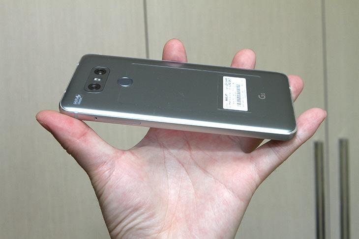 G6 ,풀비전, 18:9, 작은 스마트폰,이지만 ,화면 크다,IT,IT 제품리뷰,점점 화면이 커지고 있습니다. 그리고 이것은 앞으로의 어쩔 수 없는 흐름입니다. G6 풀비전 18:9 비율도 그런 이유때문에 나왔는데 덕분에 작은 스마트폰이지만 화면 큽니다. 그 뒤는 또 어떨까요. G6 풀비전 18:9 다음에는 아마도 완전히 화면으로 덮는 전면이 되지 않을까 싶은데요. 점점 화면이 계속 커지고 있습니다. 나중에는 앞뒷면 모두 화면이 될지도 모릅니다. 실제로 이 큰 화면을 써보면서 G6에 한해서 생각해보면 괜찮은 점도 있고 아직은 부족한 점도 있었는데요. 그것을 적어보려고 합니다.