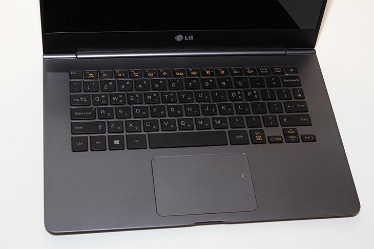 가벼운 노트북 ,LG 울트라PC그램, 14ZD950 후기,가벼운노트북,IT,IT 제품리뷰,후기 ,사용기,14ZD950 사용기,14ZD950,울트라북,5세대 코어 프로세서,가벼운 노트북 LG 울트라PC그램 14ZD950 후기를 올려봅니다. 5세대 코어 프로세서를 탑재한 노트북들은 기존보다 배터리 효율이 좋아서 동영상 재생시간이 크게 늘어났으며 두께가 얇아진것이 특징 입니다. 기존의 13인치에서 14인치로 화면이 더 커졌음에도 무게가 980g 인 가벼운 노트북 14ZD950 후기를 준비하면서 어느 부분을 보여드려야할지 고민을 여러가지로 해봤습니다. 제가 처음 사용해보고 그전의 노트북들과 달라진점 그리고 좋아진점 위주로 설명을 해보려고 합니다. LG그램 14ZD950는 재질부분을 바꾸고 전체적으로 얇게 만들어서 무게를 대폭 줄었습니다. 손으로 들어보면 확실히 가볍다는 생각이 들더군요. 가벼운 노트북은 1KG이 기준인데요. 1KG이 안되면 상당히 가볍다고 느끼게 되고 그것을 넘어가면 약간 무겁게 느껴지게 됩니다. 무게가 줄어든 노트북은 가방에 넣고 다닐 때에도 좀 더 편하게 들고 다닐 수 있습니다.