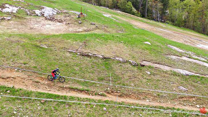 산악자전거 경주 모습입니다