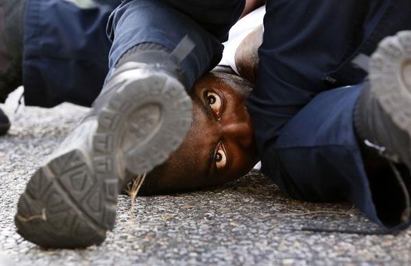 자유 부문 1위. 시위자의 눈(Jonathan Bachman)