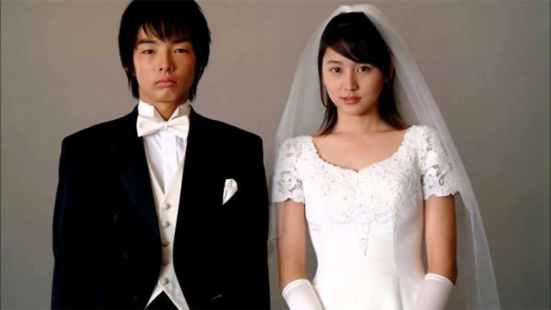 사진: 죽어가는 여자친구를 위해 청혼을 하고 결혼사진도 찍은 사쿠. 그리고 그 옆에는 우키.